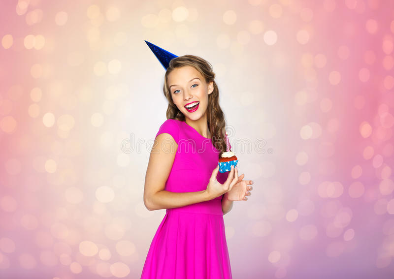Szczęśliwa kobieta lub nastoletnia dziewczyna z urodzinową babeczką zdjęcie royalty free