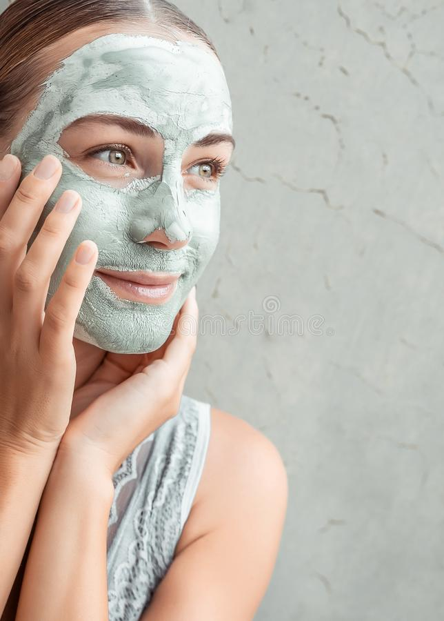 Szczęśliwa kobieta maskująca glinę zdjęcie royalty free