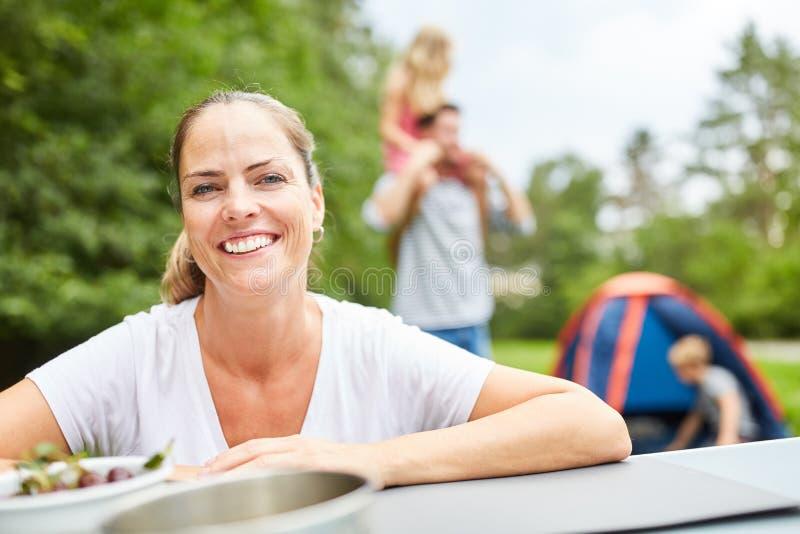 Szczęśliwa kobieta na campingu wakacje zdjęcie royalty free