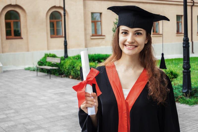 Szczęśliwa kobieta na jej skalowanie dnia uniwersytecie Edukacja i ludzie zdjęcie stock