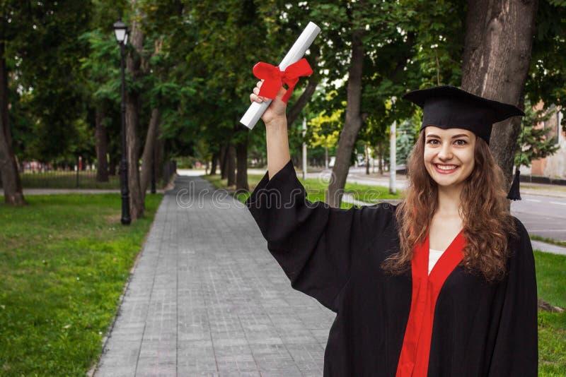 Szczęśliwa kobieta na jej skalowanie dnia uniwersytecie Edukacja i ludzie fotografia royalty free