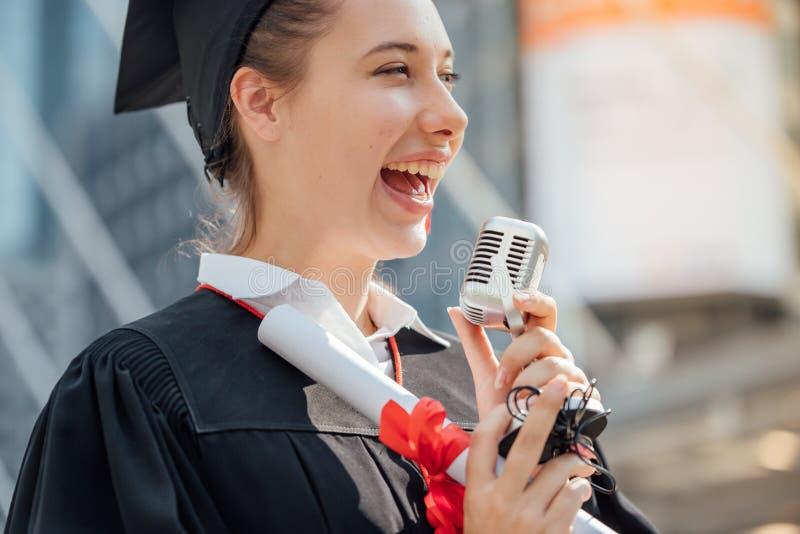 Szczęśliwa kobieta na jej skalowanie dnia uniwersytecie Edukacja i peop zdjęcie stock