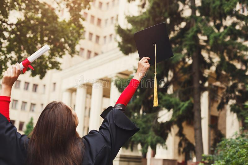 Szczęśliwa kobieta na jej skalowanie dniu przy uniwersytetem fotografia royalty free