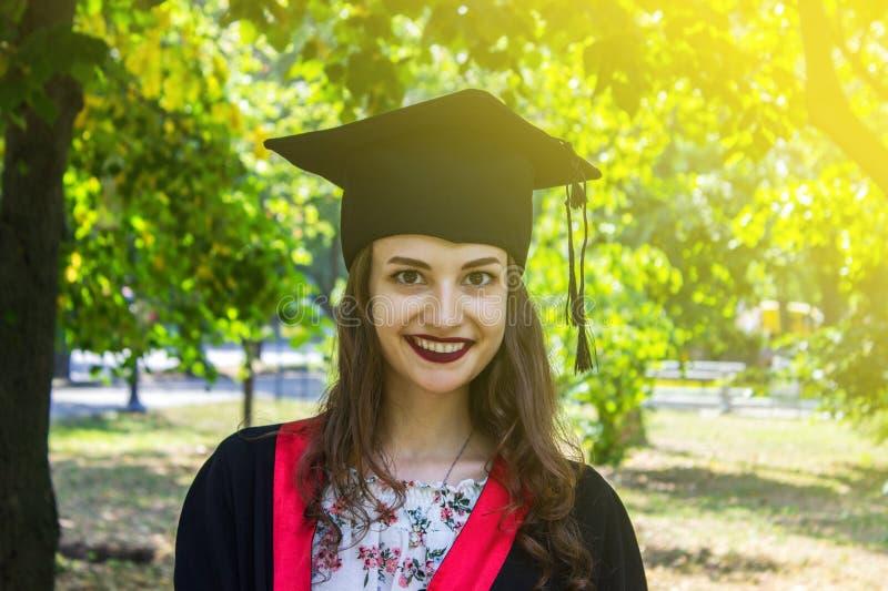 Szczęśliwa kobieta na jej skalowanie dniu Uniwersytet, edukacja i szczęśliwi ludzie, - pojęcie fotografia royalty free