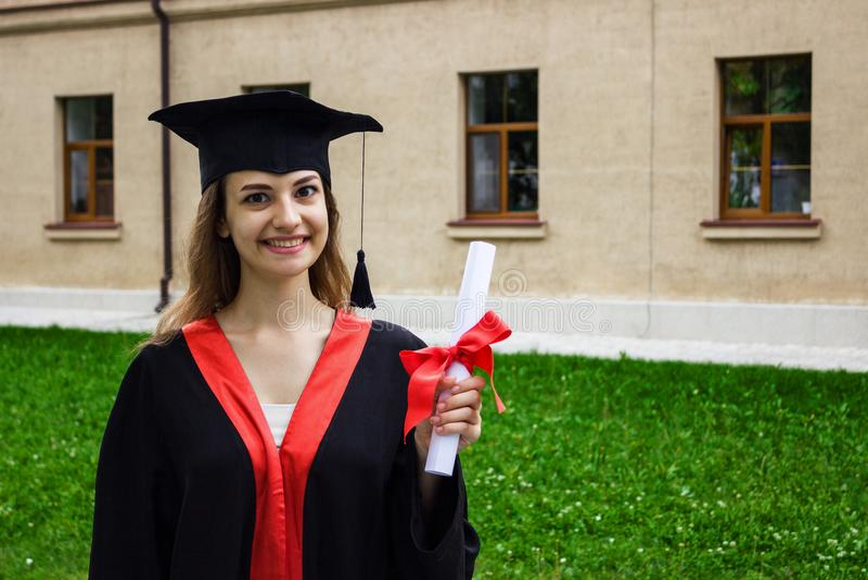 Szczęśliwa kobieta na jej skalowanie dniu Uniwersytet, edukacja i szczęśliwi ludzie, - pojęcie zdjęcia stock