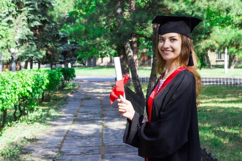Szczęśliwa kobieta na jej skalowanie dniu Uniwersytet, edukacja i szczęśliwi ludzie, - pojęcie zdjęcie stock