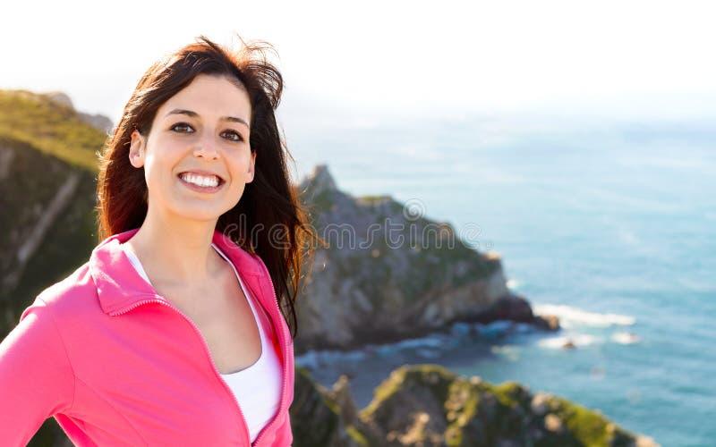 Szczęśliwa kobieta na lata wybrzeża krajobrazu podróży zdjęcie royalty free