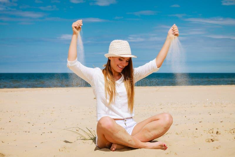 Szczęśliwa kobieta na lato plaży zdjęcia royalty free