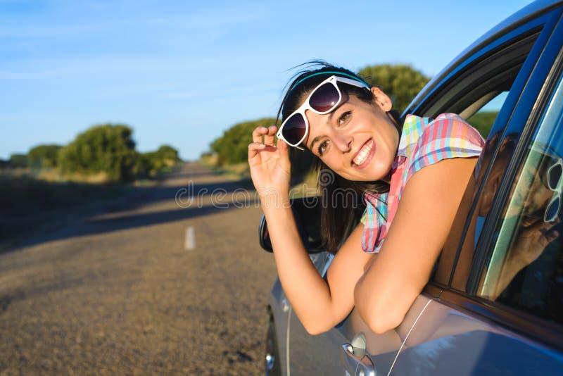 Szczęśliwa kobieta na lato samochodowej podróży fotografia stock