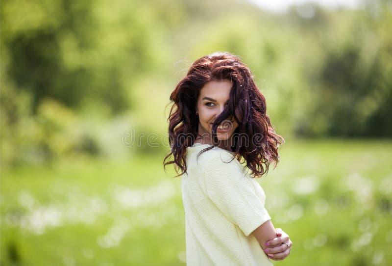Szczęśliwa kobieta na parku Portret piękny dziewczyny zakończenie wiatrowy trzepotliwy włosy Wiosna portret niezłe młodych dziewc obraz royalty free