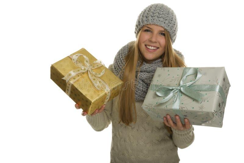 Szczęśliwa kobieta niesie dwa boże narodzenie teraźniejszości obrazy royalty free