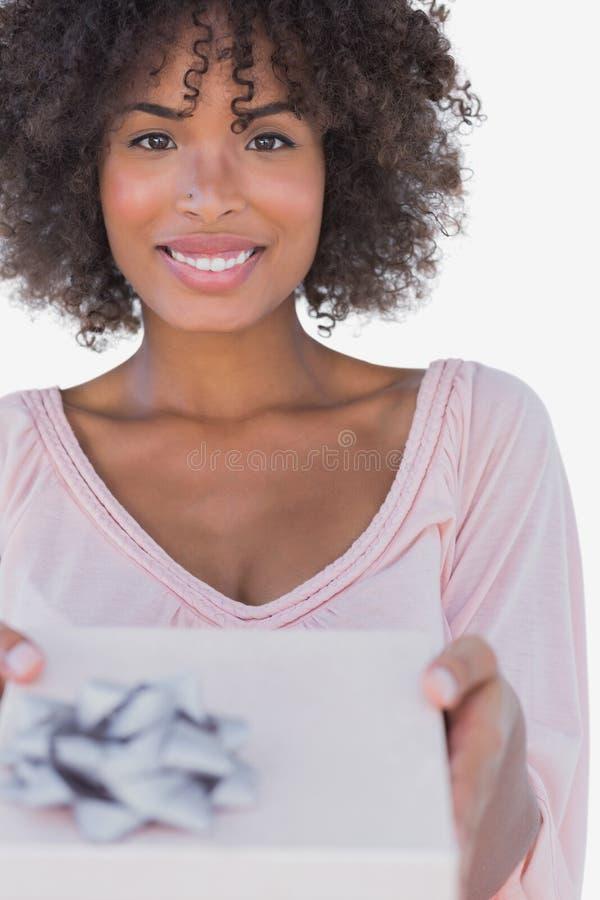 Szczęśliwa kobieta oferuje prezent obraz royalty free