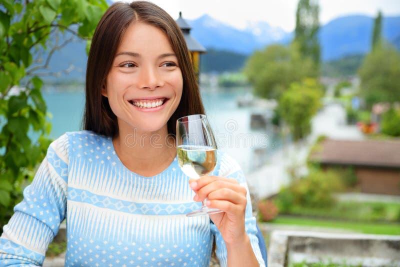 Szczęśliwa kobieta ono uśmiecha się gdy wznosi toast z szampanem fotografia royalty free