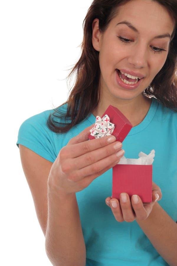 szczęśliwa kobieta otwarcie prezent obrazy royalty free