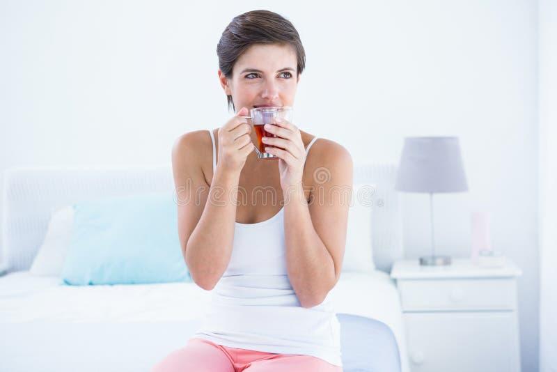 Szczęśliwa kobieta pije filiżankę herbata zdjęcie royalty free