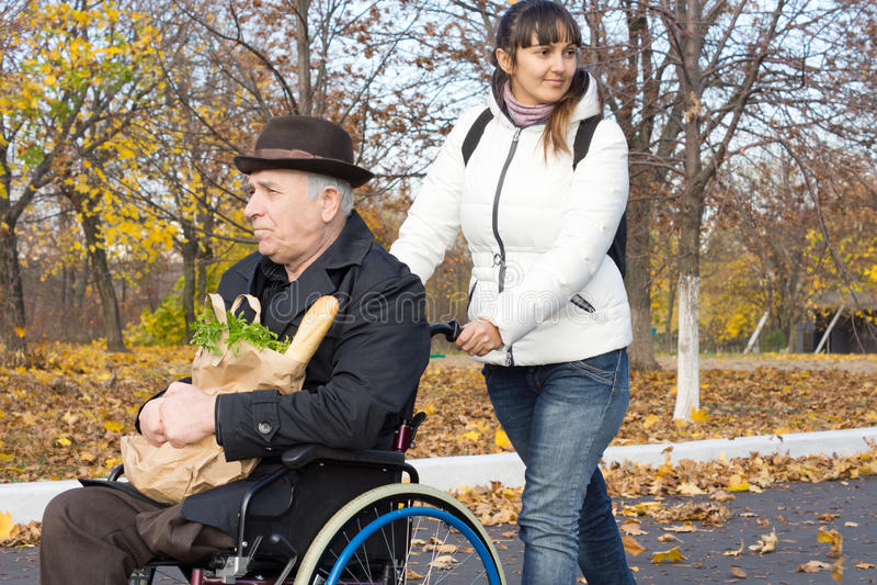 Szczęśliwa kobieta pomaga niepełnosprawnego mężczyzna zdjęcie royalty free