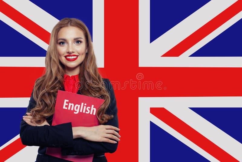 Szczęśliwa kobieta przeciw UK chorągwianemu tłu Uczy si? j?zyka angielskiego poj?cie zdjęcie royalty free