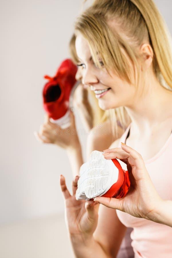 Szczęśliwa kobieta przedstawia sportswear trenerów buty obraz stock