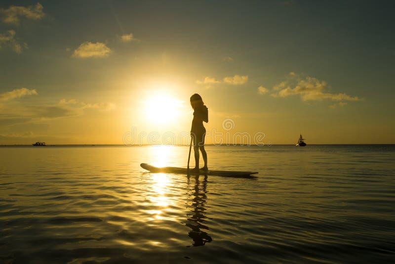 Szczęśliwa kobieta relaksuje fotografia stock