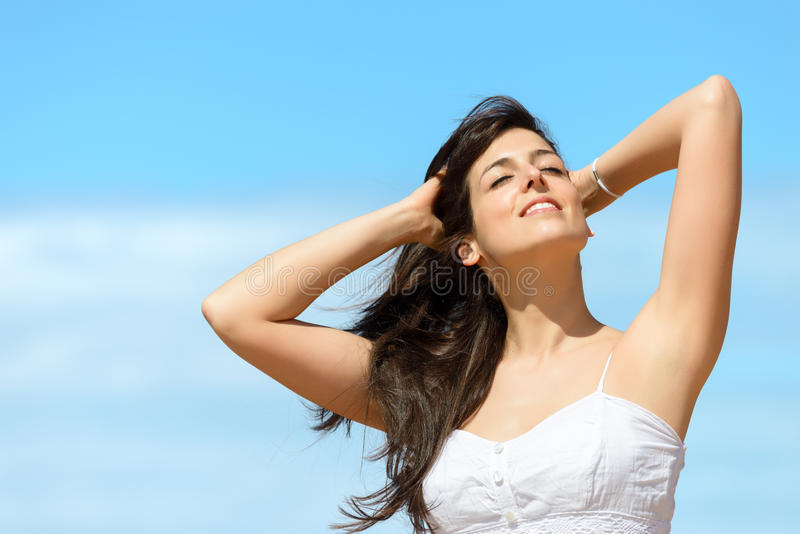 Szczęśliwa kobieta relaksuje na lecie fotografia stock