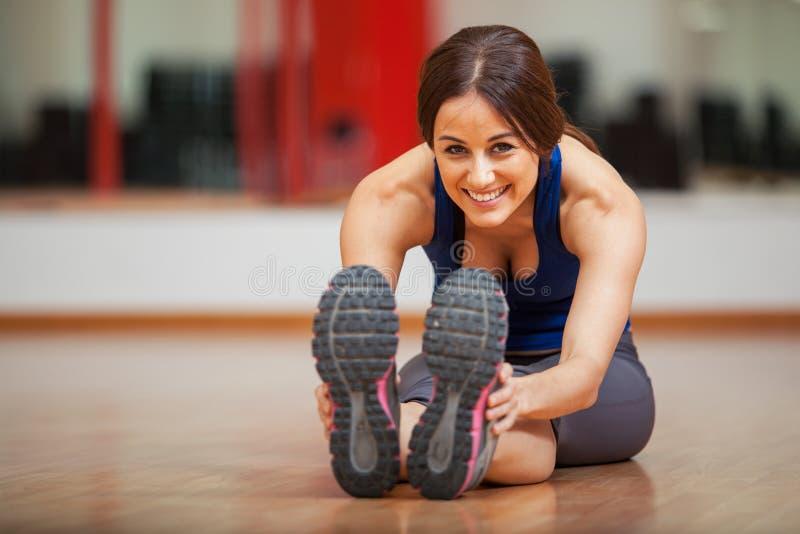 Szczęśliwa kobieta rozgrzewkowa przy gym up zdjęcia royalty free