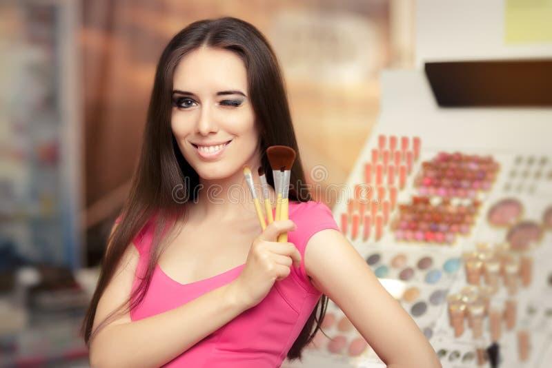 Szczęśliwa kobieta Trzyma makijażu muśnięcie obraz stock