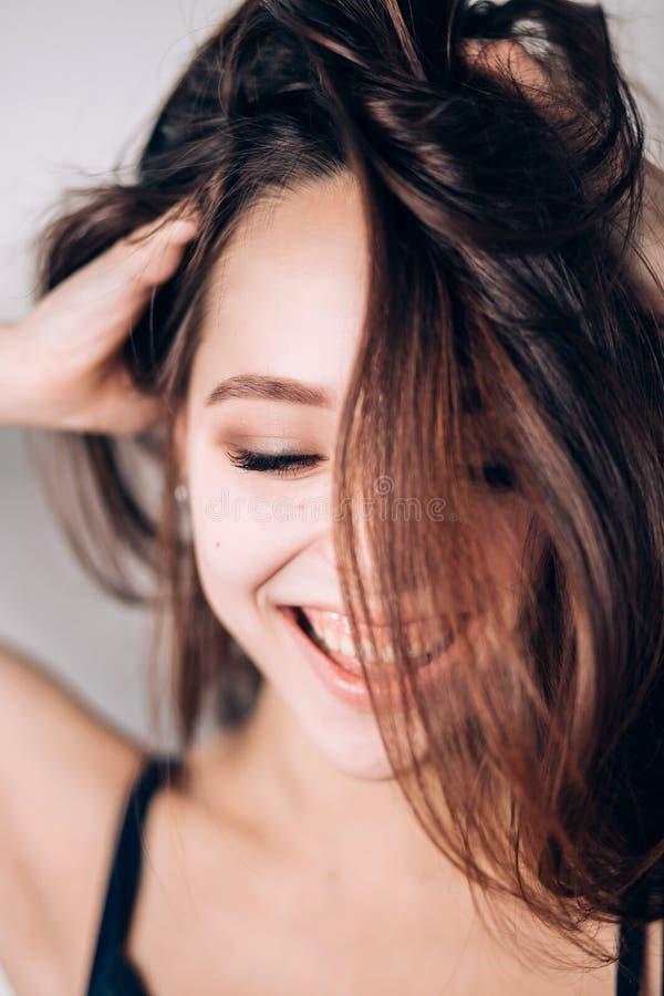 szczęśliwa kobieta uśmiechnięta Szalona dziewczyna na białym tle Patrzeje puszek, szeroki uśmiech, śmiech obrazy royalty free