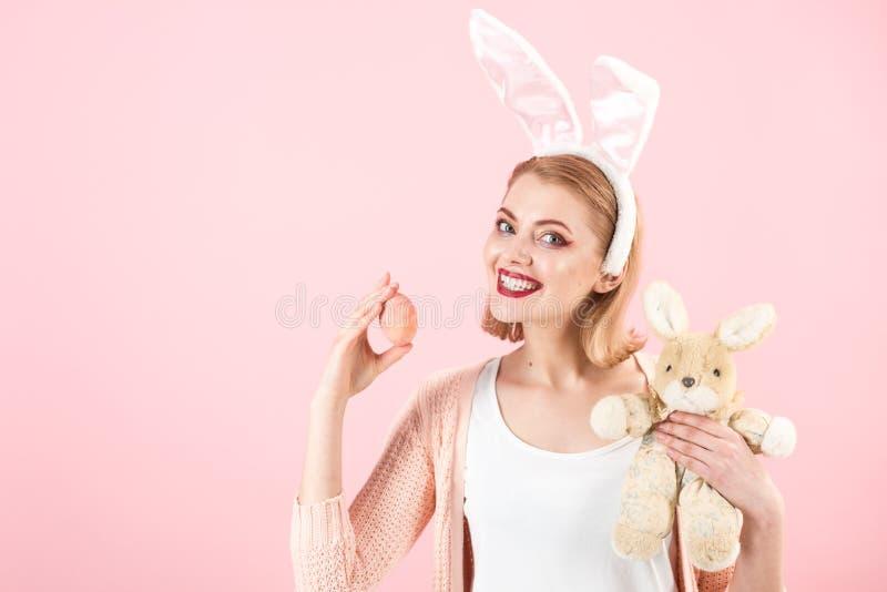 szczęśliwa kobieta w królików ucho z zabawką Wiosna wakacje Dziewczyna z zając zabawką Kobieta w królika królika ucho wielkanoc s zdjęcie stock