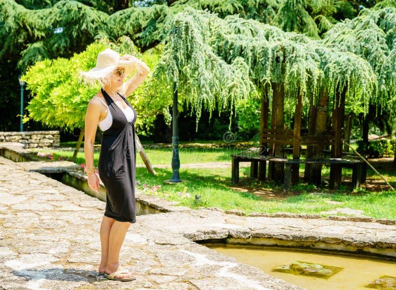Szczęśliwa kobieta w ogródzie obrazy stock