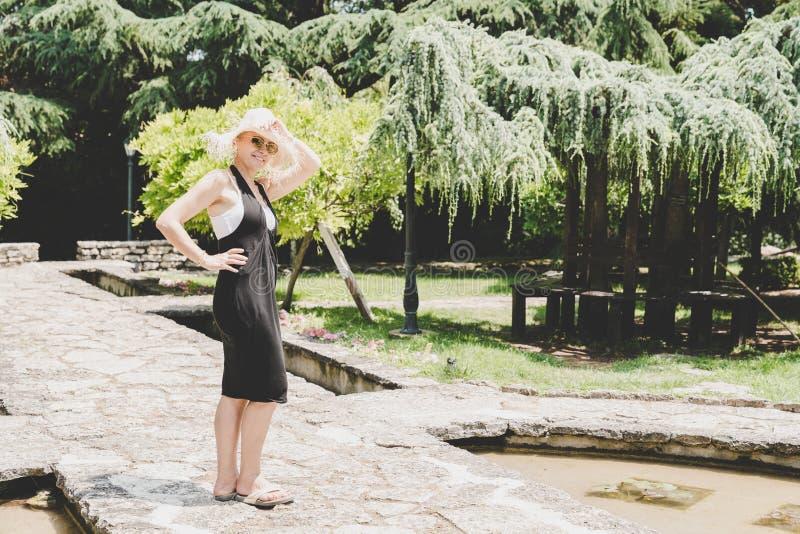 Szczęśliwa kobieta w ogródzie obrazy royalty free