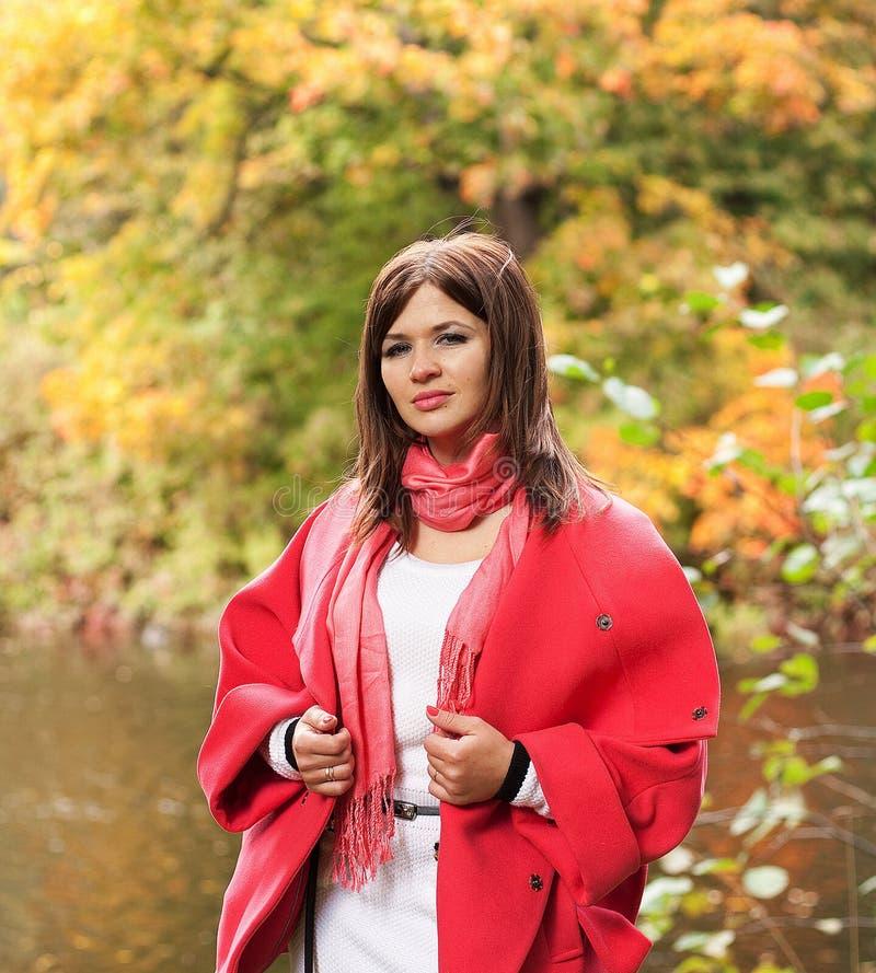Szczęśliwa kobieta w parku, jesień sezon fotografia royalty free