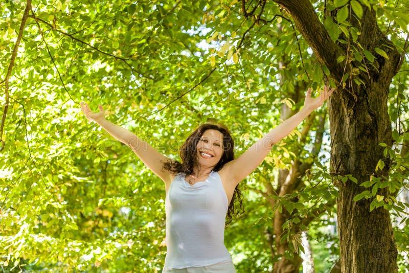 Szczęśliwa kobieta w przekwitaniu fotografia stock