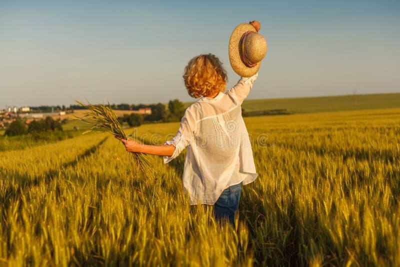 Szczęśliwa kobieta w pszenicznym polu zdjęcia royalty free