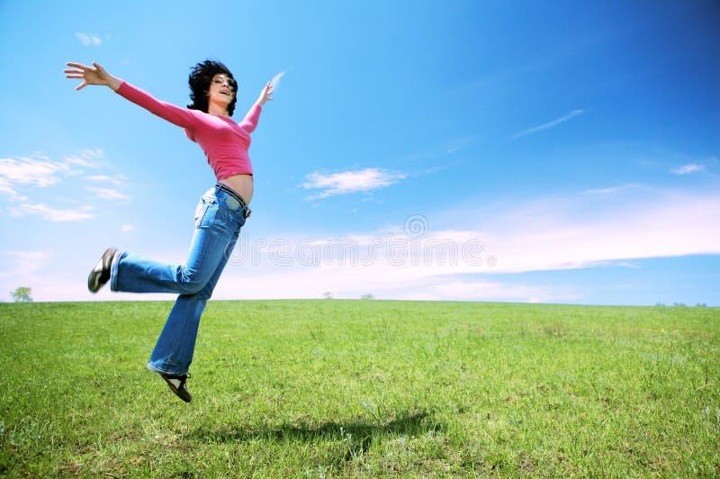 Szczęśliwa Kobieta W Skoku Zdjęcia Royalty Free