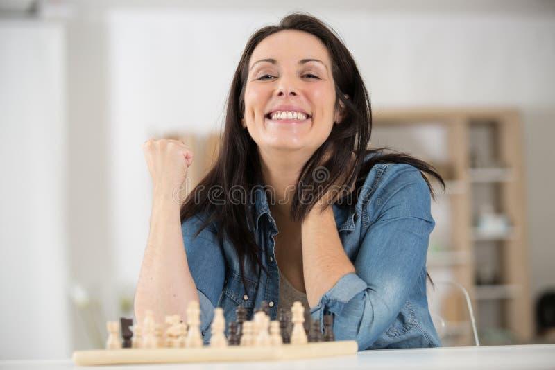 Szczęśliwa kobieta wygrała konkurs szachowy fotografia royalty free