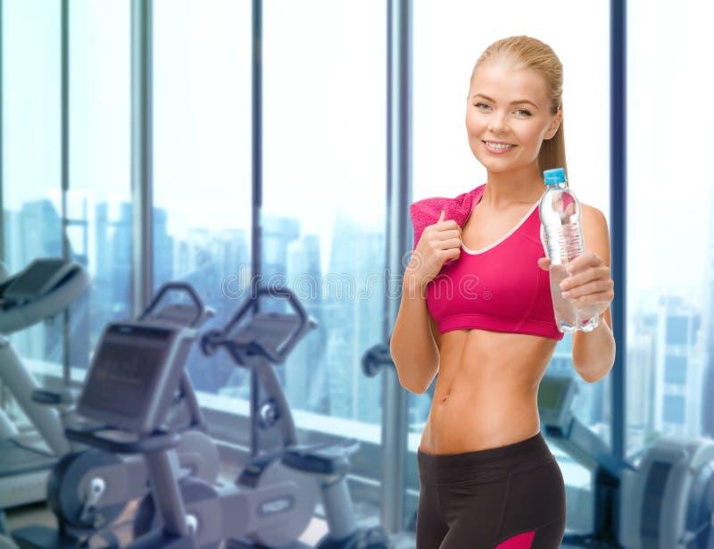 Download Szczęśliwa Kobieta Z Butelką Woda I Ręcznik W Gym Zdjęcie Stock - Obraz złożonej z dehydrator, aktywny: 57655310