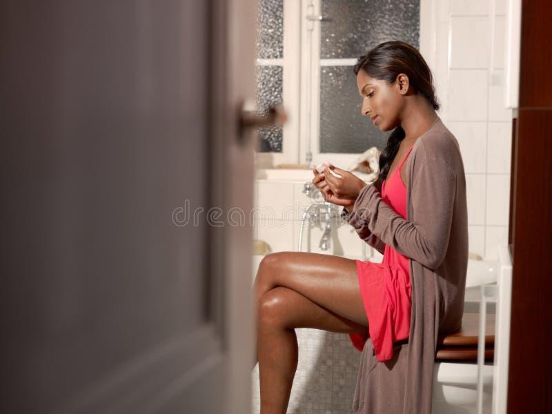 Szczęśliwa kobieta z ciążowego testa zestawem zdjęcie royalty free