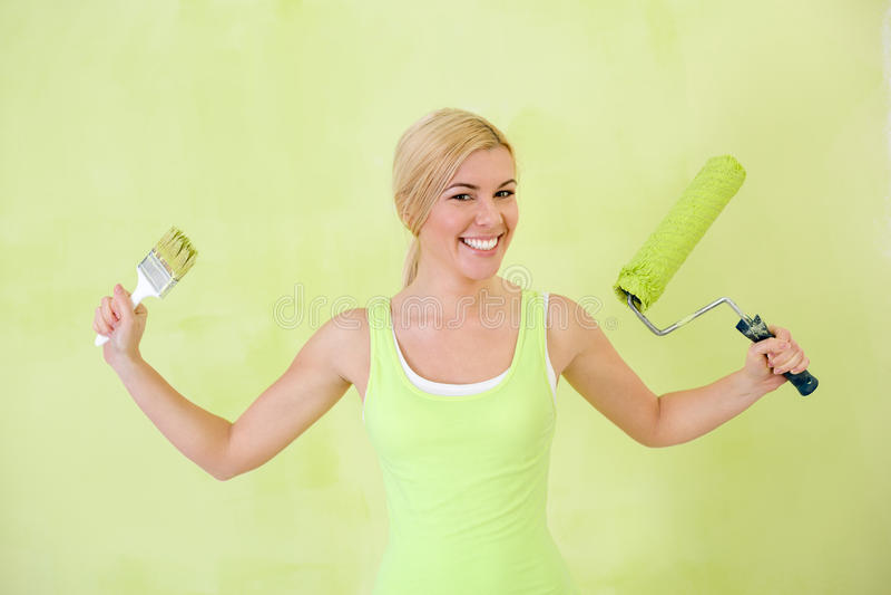 Szczęśliwa kobieta z farba rolownikiem obraz stock
