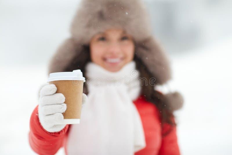 Szczęśliwa kobieta z filiżanką w zimie zdjęcie stock