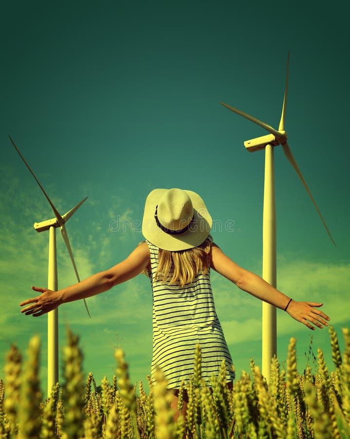 Szczęśliwa kobieta z kapeluszem w pszenicznym polu obrazy royalty free