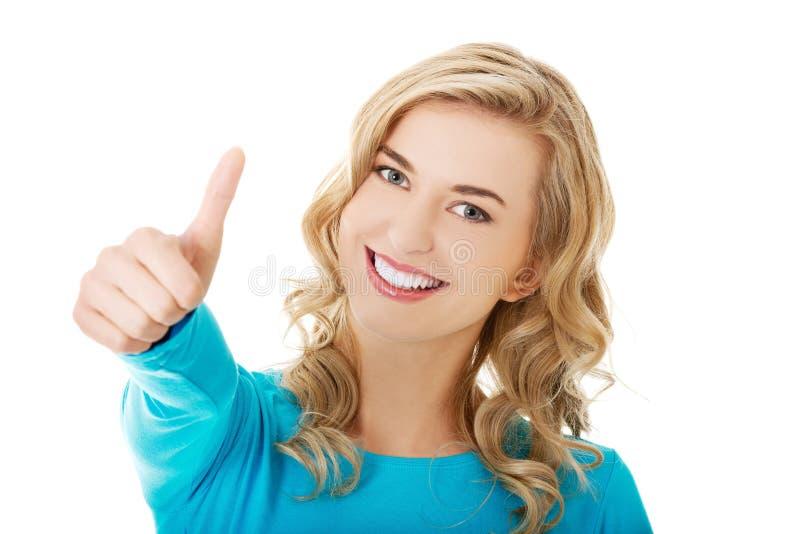 Szczęśliwa kobieta z ok ręka znakiem zdjęcie royalty free