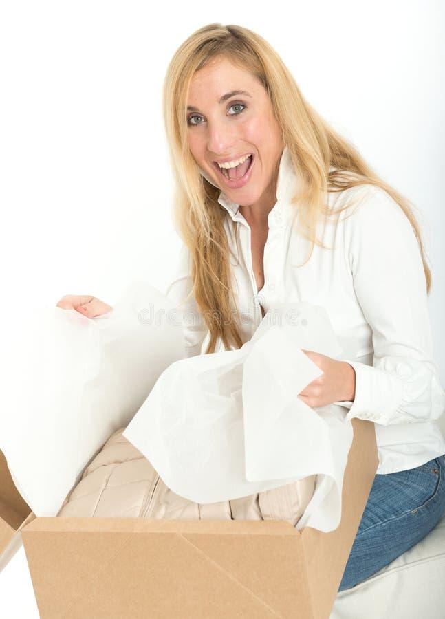 Szczęśliwa kobieta z online zakupem zdjęcia royalty free