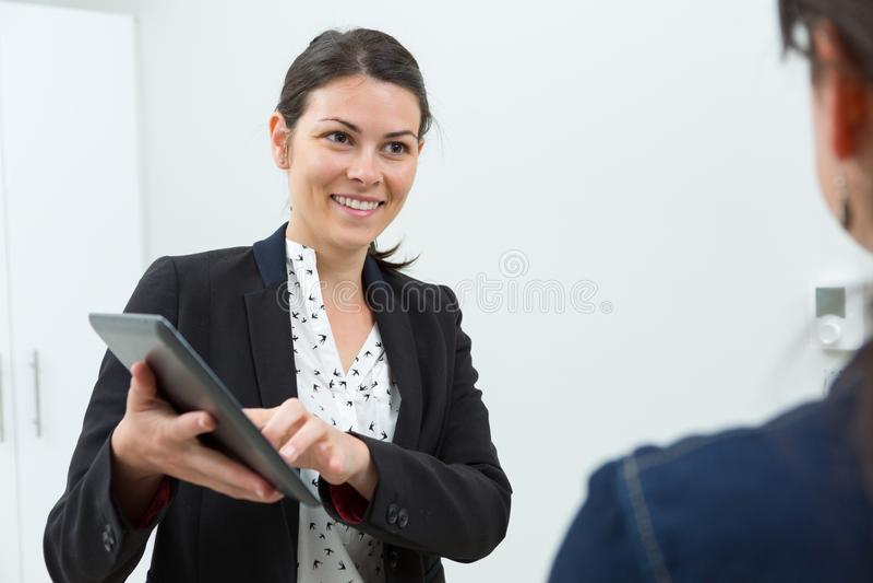 Szcz??liwa kobieta z pastylk? indoors obraz stock