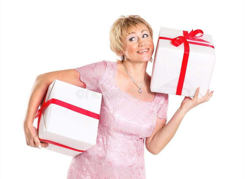 Download Szczęśliwa Kobieta Z Prezentem Zdjęcie Stock - Obraz złożonej z zabawa, więcej: 28970646