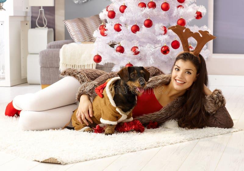 Szczęśliwa kobieta z psim świętuje xmas obraz royalty free