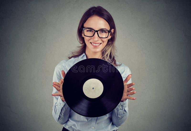 Szczęśliwa kobieta z retro winylowym dyskiem zdjęcia stock
