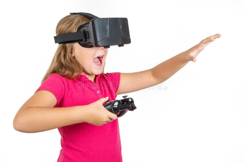 Szczęśliwa kobieta z rzeczywistości wirtualnej słuchawki bawić się vr gry joystickiem i fotografia royalty free