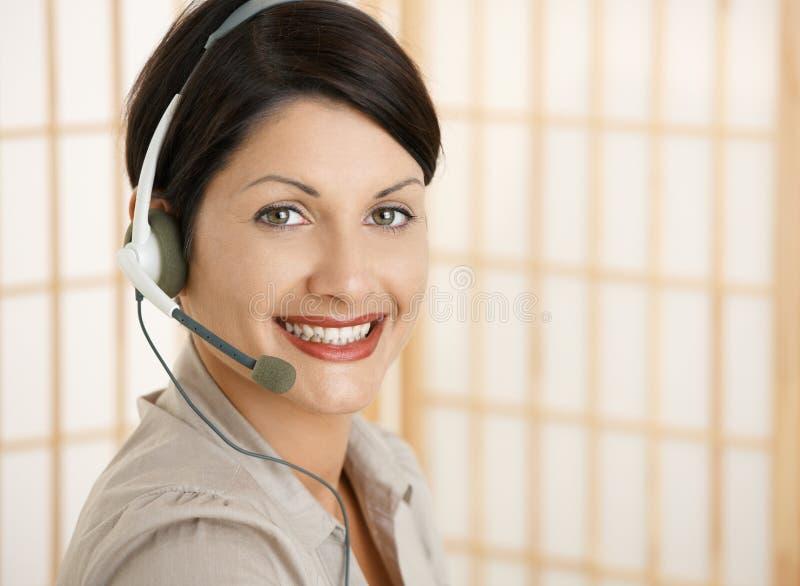 Szczęśliwa kobieta z słuchawki fotografia stock