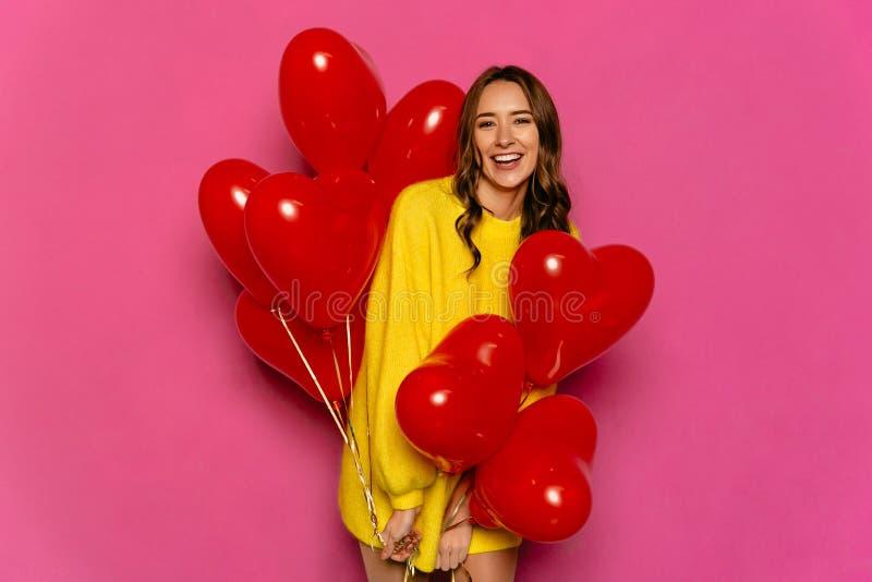 Szczęśliwa kobieta z sercem kształtował lotniczych balony na St walentynki ` s dniu obraz stock
