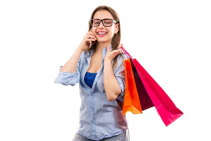 Szczęśliwa kobieta z torba na zakupy ma wezwanie zdjęcie stock